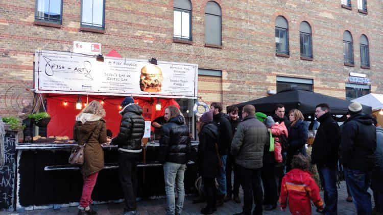 Lange Schlange: Die Fisch-Burger auf dem neuen Street Food Markt der Kulturbrauerei waren besonders beliebt.