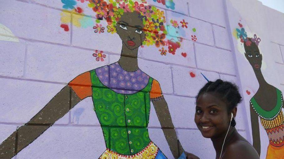 Die lateinamerikanische Künstlerin Brianna McCarthy vor einem ihrer Kunstwerke.