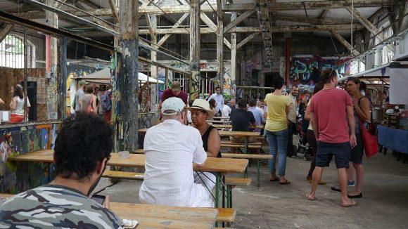 Zum Village Market mit Hut.