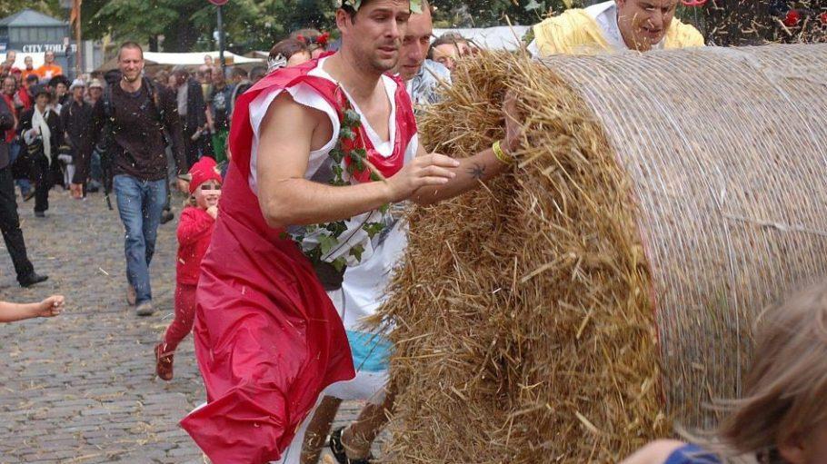 Fantasievolle Kostüme fließen beim Strohballenrollen Popráci ebenfalls in die Wertung ein.