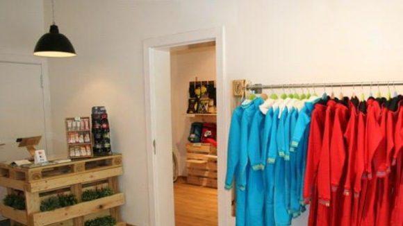 Blick in den Store, der minimalistisch natürlich daherkommt.