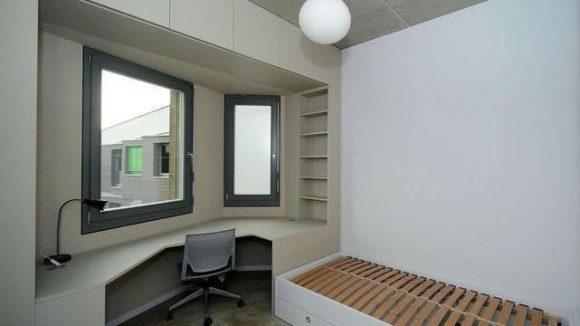 Die Zimmer sind 15 Quadratmeter groß und möbiliert.