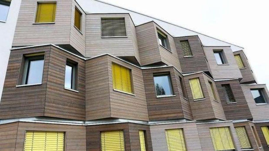 In Berlin-Adlershof hat ein neues Studentendorf eröffnet. In den Apartments und WG-Zimmern werden 384 Studenten aus aller Welt leben. Die Architektur ist modern und von so genannten Denker-Erkern geprägt.