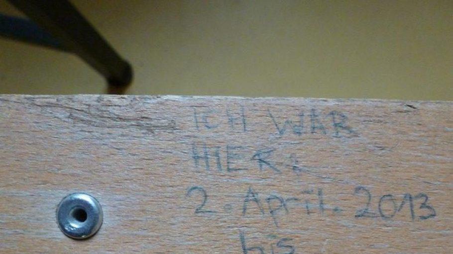 Irgendein Stuhl in irgendeiner Zelle des Traktes. Durchschnittlich sitzen Jugendliche knapp zwei Wochen hier ein.