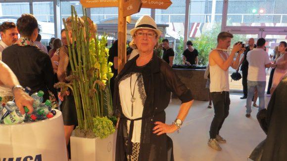 Diese Dame beweist, dass man sich auch im Alter auf der Fashion Week selbstbewusst und mit eigenem Stil präsentieren kann.