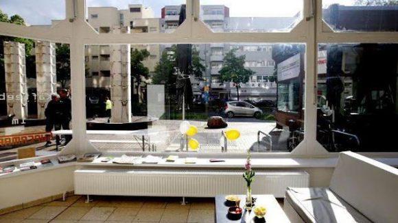 """Blick aus dem """"Supermarkt"""" auf die von Neubauten geprägte Brunnenstraße."""