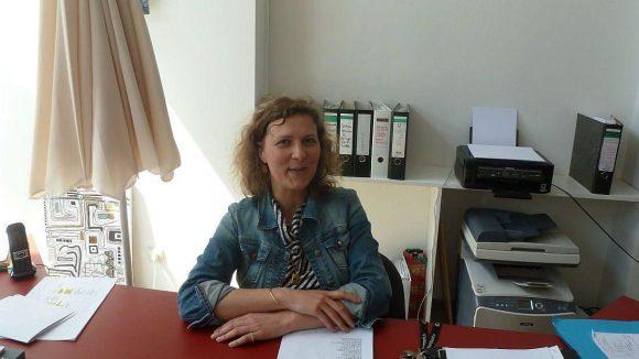 """Ela Kagel, Geschäftsführerin des """"Supermarkts"""", an ihrem Schreibtisch in einem der 'Studios' für Bürogemeinschaften."""