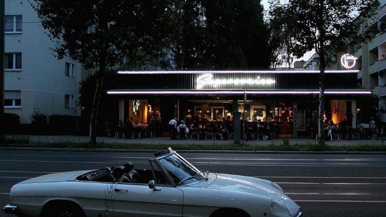 """Das """"Supersonico"""" liegt auf der Weddinger Seite der Bernauer Straße. Das Cabrio steht in Mitte."""