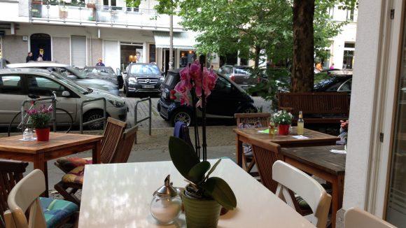 Immer Sommer sitzt es sich in der Hufelandstraße auch ganz gemütlich draußen.