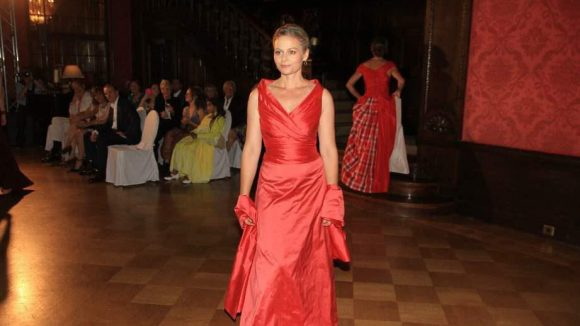 Schauspielerin Susanna Simon präsentiert sich im Abendkleid von Ali Thompson.