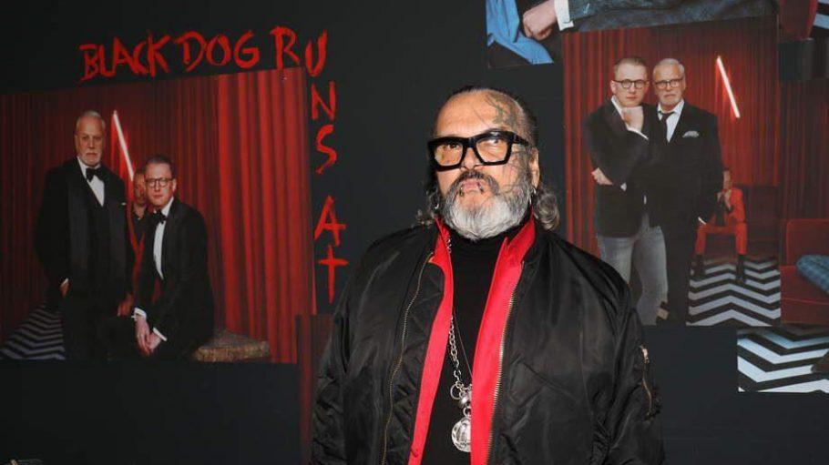 """Sven Marquardt vor Bildern seiner Ausstellung """"Black dog runs at night""""."""