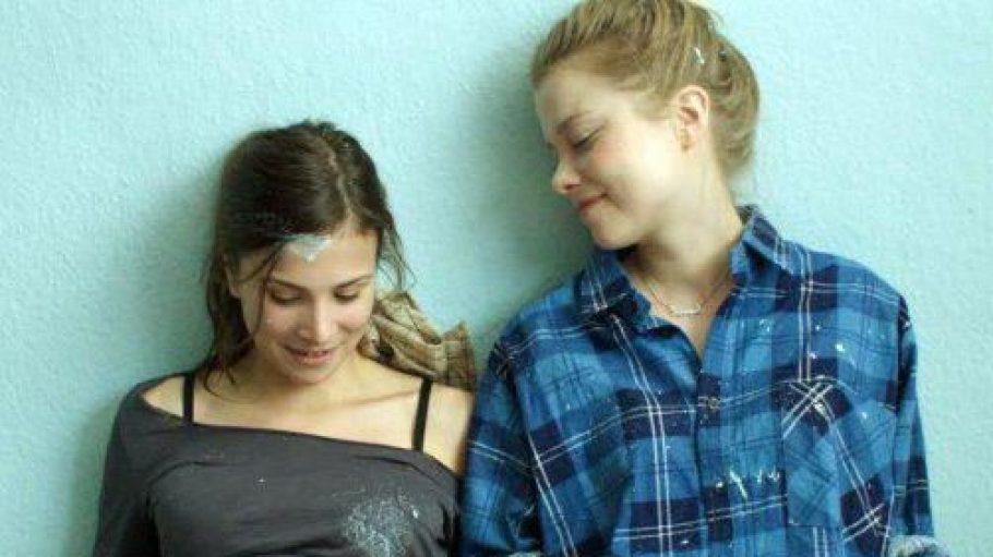 """Szene aus """"Am Himmel der Tag"""": Lara (Aylin Tezel) mir ihrer besten Freundin Nora (Henrike von Kuick)"""