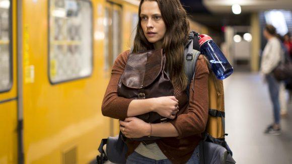 Die Backpackerin Clare (Teresa Palmer) hat genug vom Alltagstrott in Australien, deshalb fährt sie nach Berlin, um etwas Neues zu entdecken. Eine verhängnisvolle Begegnung stürzt sie aber in einen Horror-Trip.