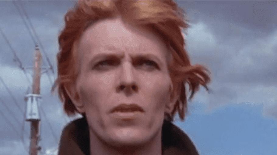 Kurz nachdem er auf der Erde ankommt, ist Thomas Jerome Newton (David Bowie) noch völlig von seinen Eindrücken überfordert. Schnell trifft er aber auch zum ersten Mal auf einen Menschen.