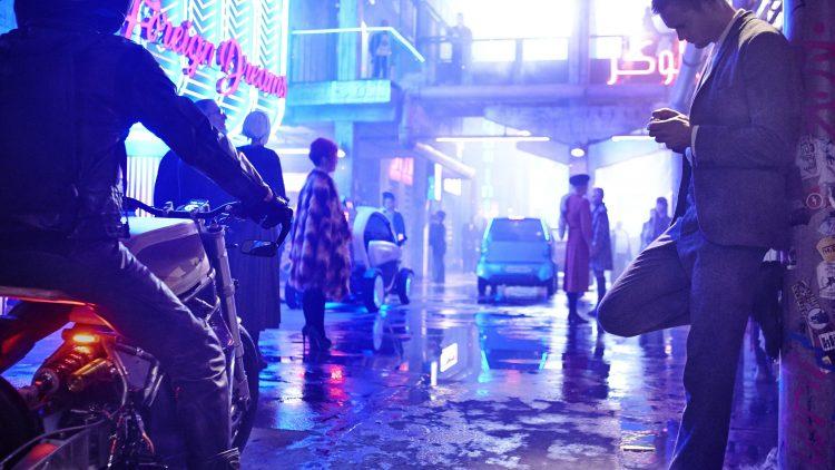 Der stumme Barkeeper Leo (Alexander Skarsgård) lebt im Berlin der Zukunft. Eines Tages verschwindet seine Freundin spurlos.