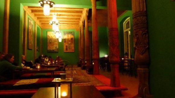 Bald stehen hier nur noch die Sandelholzsäulen, die Tadshikische Teestube zieht aus dem Palais am Festungsgraben aus.
