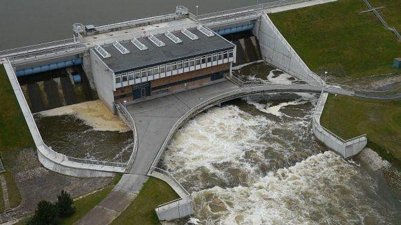 Die Talsperre Spremberg in Brandenburg ist in diesen Tagen weiter geöffnet als normal, um das Hochwasser abfließen zu lassen.