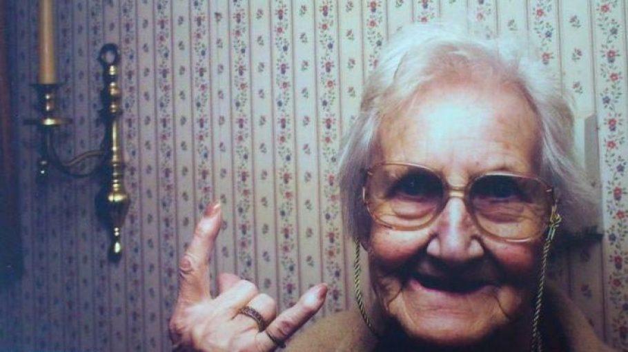 Auch alte Menschen können ziemlich cool sein. So wie diese Dame, die die Postkarten von Tante Inge ziert.