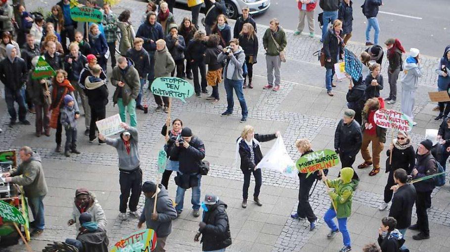 Die Tanz-Demo am 12.10.2012 vor dem Rathaus Kreuzberg war erfolgreich. Das YAAM muss vorerst nicht geräumt werden und bekommt einen neuen Platz an der Schillingbrücke in Aussicht gestellt.