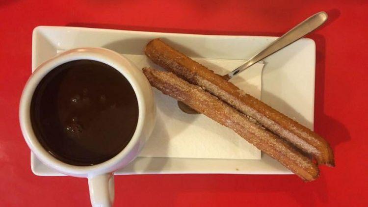 Spanische Schokolade und Churros: Das kannst du dir bei Nibs Cacao in der Bleibtreustraße gönnen.