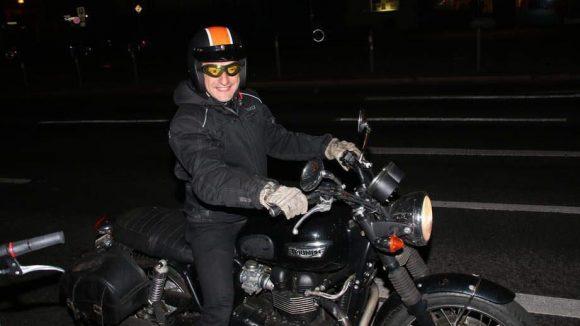 Nach der Premiere im Kino Babylon gings für ihn nicht etwa in der Limo, sondern via Motorrad zum Burger.