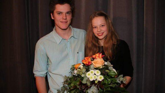Emma Bading hat im ersten Fall der Neuen etwas Schreckliches erlebt und telefoniert zu Beginn mit ihrem Filmbruder Theo Trebs - hier lächeln die beiden auf der Premiere.