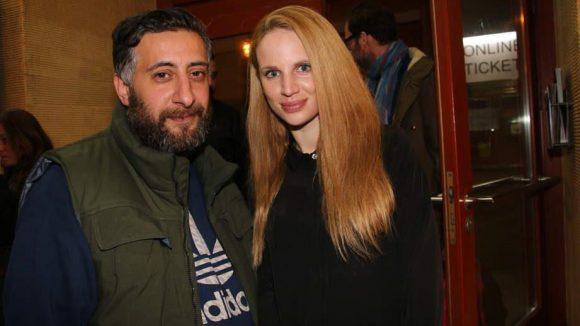 Diese beiden spielen ein ungewöhnliches Ehepaar: Kida Khodr Ramadan und Nora Huetz.