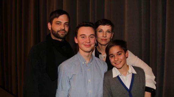 """Meret Becker zeigt sich familienverbunden - hier mit Film-Ehemann Alexander Tesla (l., """"Viktor"""") sowie den Film-Söhnen Jonas Hämmerle (""""Tolja"""", M.) und Louie Betton (""""Kaleb"""") ..."""