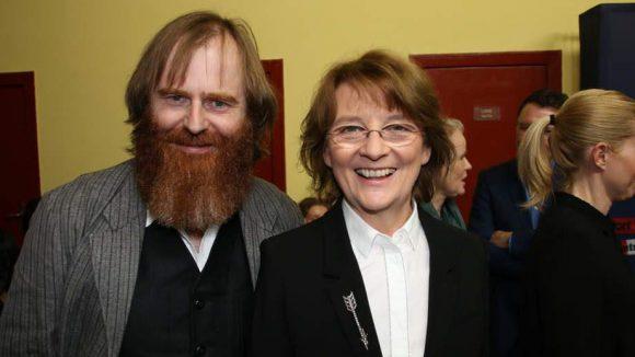 An wen erinnert uns bloß der Rauschebart vom Regisseur des Krimis, Stephan Wagner? Neben ihm zu sehen: rbb-Intendantin Dagmar Reim.