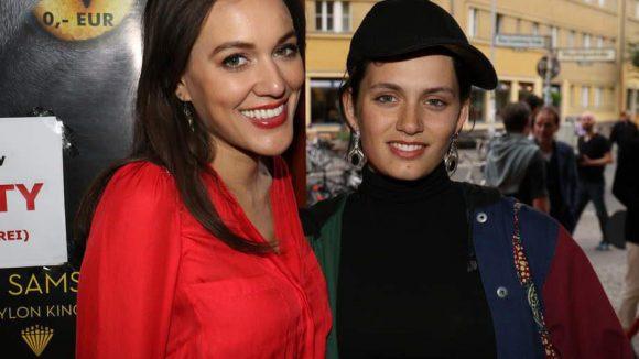 Die Schauspielerinnen Marysol Fernandez (links) und Ella Rumpf.