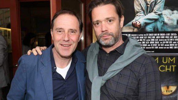 ... und ihres Kollegen Stefan Kurt (links), der Produzent Christof Neracher gratulierte.