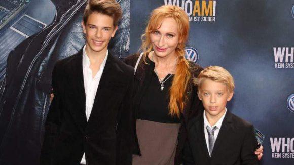Kommen wir noch zu einigen Mehrfachgruppierungen: Tatort-Star Andrea Sawatzki mit ihren Söhnen Moritz (l.) und Bruno.