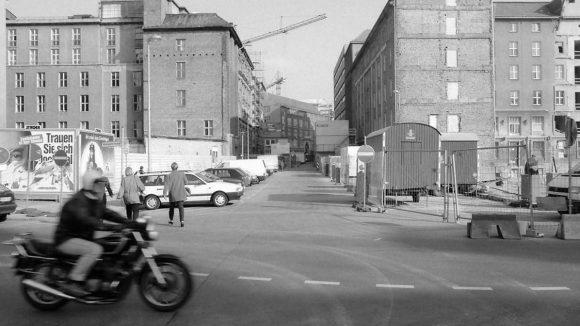 Blick vom Gendarmenmarkt in die Taubenstraße Richtung Hausvogteiplatz (1994). Rechts entsteht als Teil des Carrées am Gendarmenmarkt ein Wohn- und Geschäftshaus (Bauzeit 1994-1996) der Architekten Hilmer & Sattler, welche auch die städtebauliche Gesamtplanung für das Potsdamer Platz-Areal erarbeitet hatten. Linkerhand wird von 1997-1998 das Wissenschaftsforum am Gendarmenmarkt errichtet (Architekt Wilhelm Holzbauer).