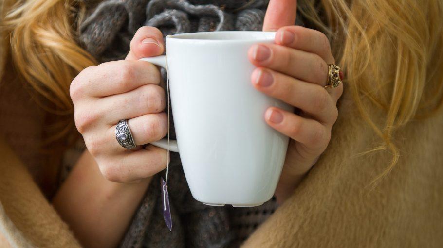 Bewährte Wärmespender: Kuscheldecke und ein heißer Tee