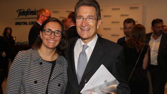 Dr. Andrea Huber ist Geschäftsführerin im Berliner Büro von Anga, dem Verband Deutscher Kabelnetzbetreiber. Sie wird es uns nicht übelnehmen, dass wir zuerst ihren Onkel, den ehemaligen Bischof und Ratsvorsitzenden der Evangelischen Kirche in Deutschland, Prof. Dr. Dr. h.c. Wolfgang Huber erkannt haben.