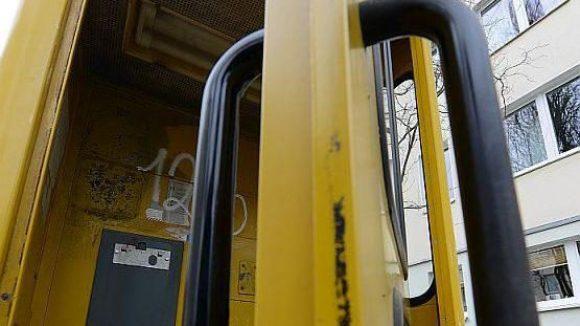 """In Michendorf warten Telefonzellen auf ein """"Leben danach""""."""