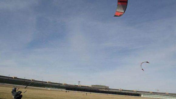 Das Tempelhofer Feld - der perfekte Ort um Drachen steigen zu lassen.