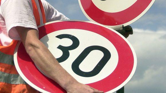 Die 50 geht, die 30 kommt. Wird das Urteil rechtskräftig und konsequent umgesetzt, müssen sich Autofahrer bald auf Tempo 30 gewöhnen - auch tagsüber auf Hauptstraßen.