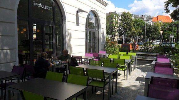 Am schönsten lässt sich das leckere Essen auf der sonnigen Terrasse genießen. Auch hier tauchen die Farben Paul Klees wieder auf.