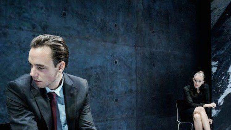 Schuldig oder nicht - das ist hier die Frage! Lars Koch (Timo Weisschnur) wird von Staatsanwältin Nelson (Franziska Machens) in die Mangel genommen.