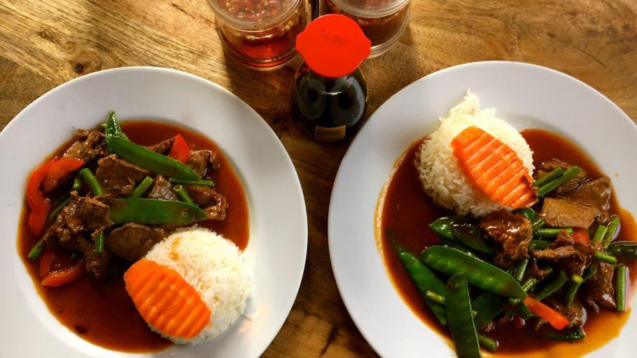 Das rote Curry gibt es wahlweise mit Tofu, Huhn oder Rind als Hauptspeise im Mittagsmenü.