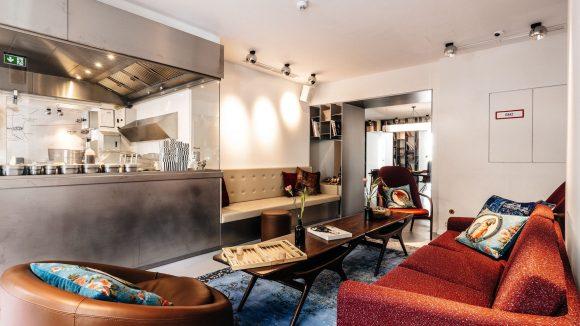 Sieht aus wie ein Wohnzimmer, ist aber ein Burger-Restaurant. Bei The Butcher prallen zwei Welten aufeinander. Wie hier mit Sofas und Food-Theke.