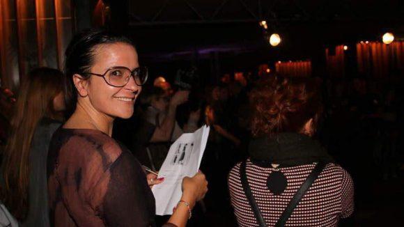 Ebenfalls in der Jury: Martina Rau beim Studieren der Designs.