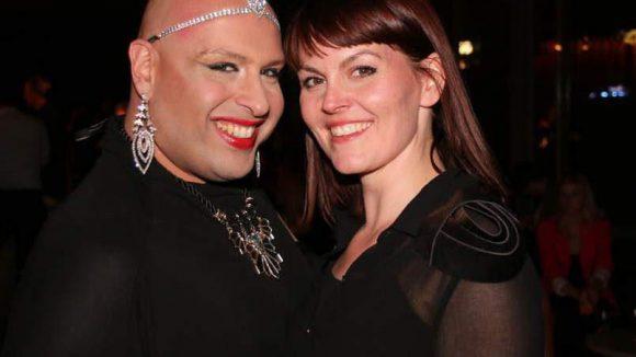 Moderiert wurde der Abend von dem aus Tel-Aviv stammenden Performance Künstler Osh-Ree, hier zusammen mit Jury-Mitglied Valeria Klopproth.
