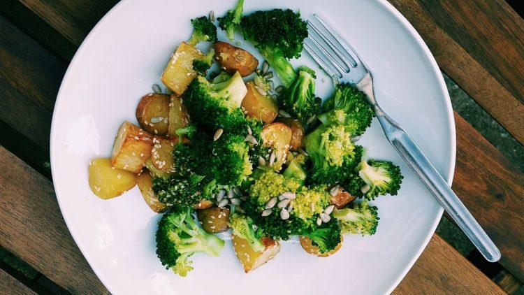 Schmeckt gesund, macht satt und ist dabei so lecker: Geröstete Kartoffeln mit Sesam-Koriander-Pesto und Zitronen-Brokkoli.