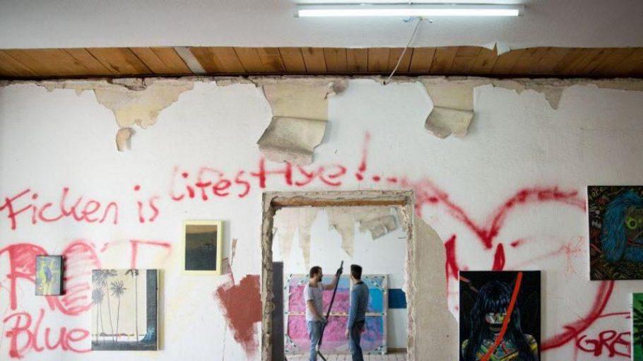 Der Schriftzug kommt vom Haus, die Bilder vom Künstlerkollektiv. Zusammen ergibt das eine spannende neue Ausstellung.