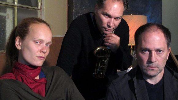 Drei der Beteiligten: die Schauspieler Annika Stöver und Jochen Keth, in der Mitte Musiker Roger Döring.
