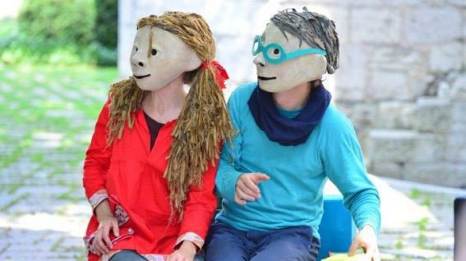 """Auf dem Letteplatz spielt das Ensemble TheaterFragile das Maskentheaterstück """"Anton, Luka & Benjamin"""" über Freundschaft, Ausgrenzung und Zusammenhalt."""