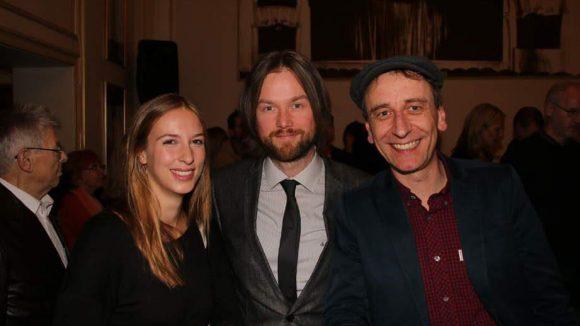 Sichtlich gut gelaunt: Rebecca von Mitzlaff mit ihren Schauspielerkollegen Tom Krämer und Oliver Dupont (v.l.).