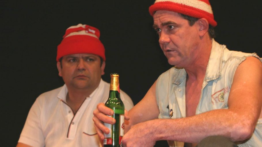 Frank Auerbach und Dirk Schoedon gehören seit zehn Jahren zum Ensemble des Theaterstücks über den 1. FC Union Berlin - und treten da standesgemäß in Rot-Weiß und mit Molle auf.